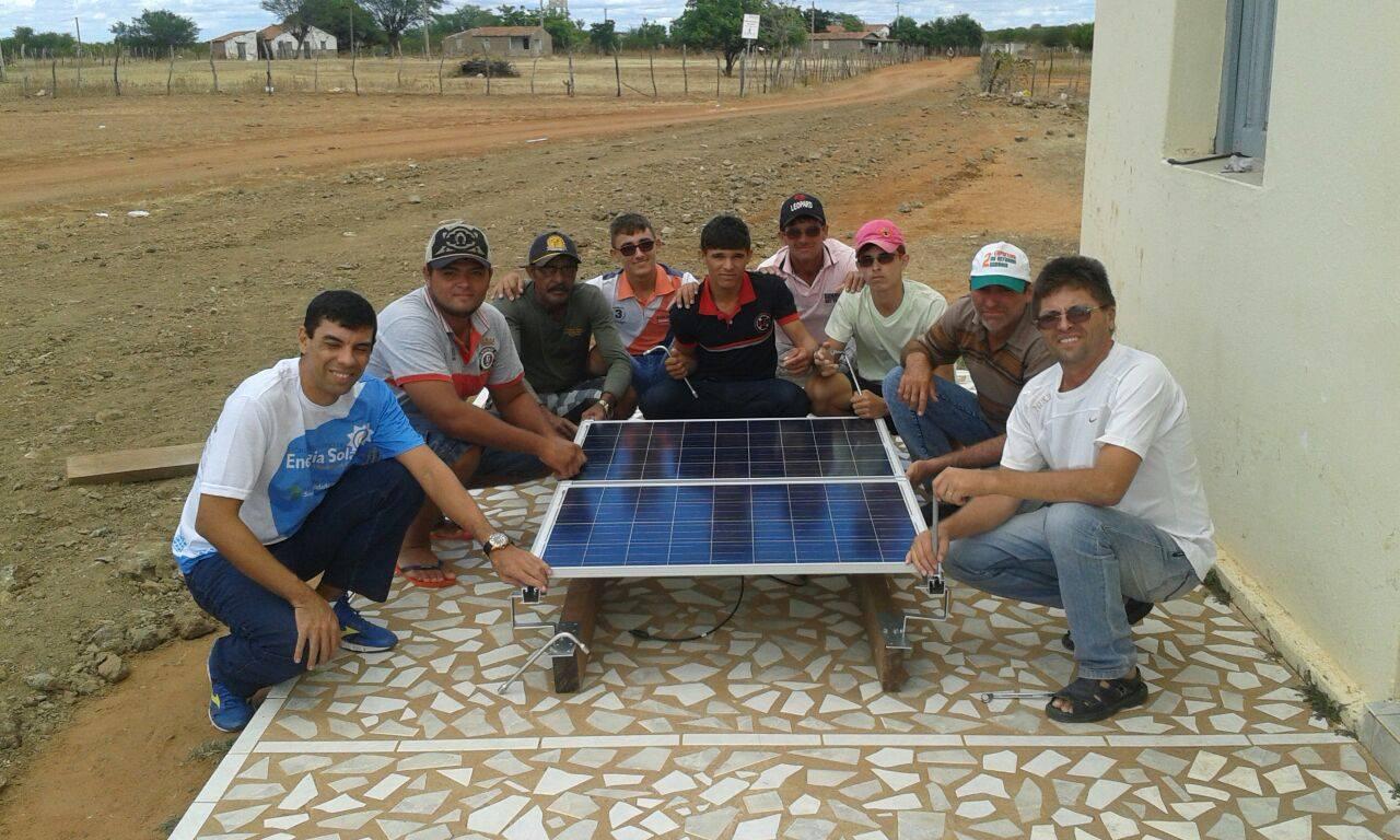 Professor Waleran Trindade(primeirdo da esquerda) e os alunos da capacitação para o uso da energia solar